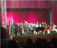 عمر خيرت يقدم التحية للقوات المسلحة والشرطة بإحتفالية جامعة القاهرة
