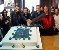 هاني سلامة ورؤوف عبد العزيز يحتفلان ببدء تصوير «قمر هادي»