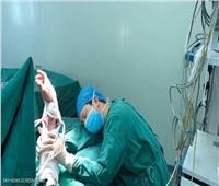 شاهد  طبيب جراح يغلبه النوم داخل غرفة العمليات..تعرف على السبب