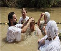 مسيحيون يغطسون في نهر الأردن للاحتفال بذكرى تعميد المسيح