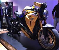 فيديو وصور| دراجة نارية تستبدل المرايا بهواتف ذكية
