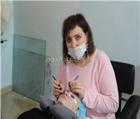 فيديو| خبيرة التجميل تشرح طريقة تركيب الرموش الاصطناعية