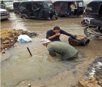 بالصور| انفجار ماسورة بشوارع كفر الزيات «يزيد الطين بلة» عقب الأمطار