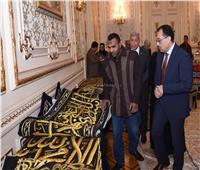 صور..رئيس الوزراء يتفقد معرضا للمنتجات اليدوية لقرى المنوفية