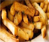 «أنفك».. سر التخلص من إدمانك «لتناول البطاطس»