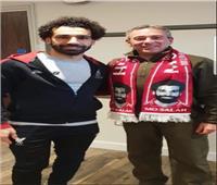 بعد دعوته من «مو».. سفير مصر في لندن بـ «كوفية» محمد صلاح| صور