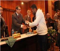بالصور.. «سعفان» يسلم 1444 شهادة أمان للعمالة غير المنتظمة بالمنيا