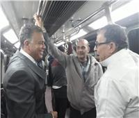 صور| «قطع تذاكر» وناقش الركاب.. وزير النقل في جولة مفاجئة بالمترو ومحطة مصر