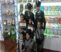 للتعريف بخدمات رجالها.. جناح الشرطة يستضيف أطفال معرض الكتاب