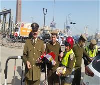 ضباط مرور الدقهلية يوزعون «الشيكولاته» على قائدي السيارات بمناسبة عيد الشرطة