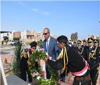 محافظ البحر الأحمر يضع إكليلا من الزهور على النصب التذكاري