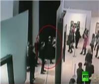 شاهد| أغرب طريقة لسرقة متحف بموسكو وسط الزائرين