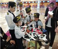 «الطيارون الصغار».. أطفال يصنعون طائرات ورق بمطار الغردقة
