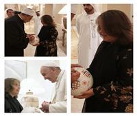 صور  البابا فرنسيس وشيخ الأزهر يوقعان على كرة الأولمبياد الخاصة التذكارية