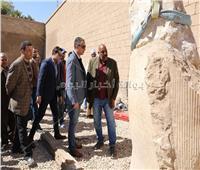 بعد 30 سنة من اكتشافه.. محافظ سوهاج يتابع ترميم تمثال رمسيس الثاني