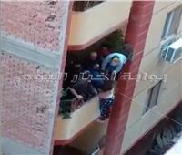 فيديو| أهالي فيصل ينقذون فتاة قبل سقوطها من الطابق الثالث