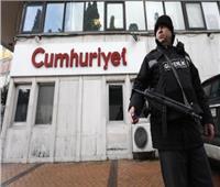 محكمة تركية تؤيد سجن 14 من صحفيي وموظفي «جمهوريت»