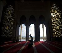 الإفتاء تجيب| ما حكم قراءة أذكار الصلاة سرًا وجهرًا ؟