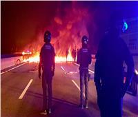 محتجون يحرقون إطارات السيارات ويحاولون قطع طرق في كتالونيا