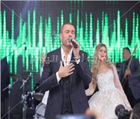 صور| زفاف مجاني من عمرو دياب للفائزين في مسابقة ألبومه الجديد