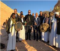 وزير الآثار يلتقط الصور التذكارية مع فرق «الفولكلور» بمعبد أبو سمبل