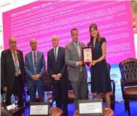 جامعة أسيوط تكرم رئيسة الاتحاد الدولي لمكافحة السرطان