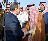 شاهد|الرئيس السيسي يستقبل الملك سلمان بمطار شرم الشيخ