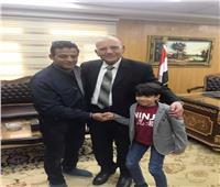 صور| وزير العدل يستقبل الطفل «ضحية الكلاب» وأسرته