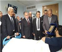 صور| رئيس جامعة الأزهر يزور مصابي حادث الدرب الأحمر بمستشفى الشرطة