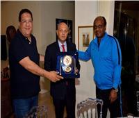 إسماعيل يوسف يسلم السفير المصري في أنجولا درع الزمالك