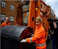 وزيرة ألمانية تشارك في أعمال النظافة بمناسبة يوم المرأة العالمي