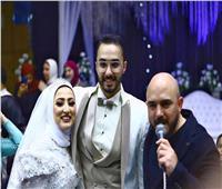محمود العسيلي يحقق حلم إحدى معجباته بالغناء في حفل زفافها