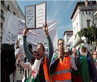 آلاف من الطلبة والمعلمين يتظاهرون وسط الجزائر