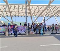 أسرة بطلة مصر في رفع الأثقال تصل المطار استعدادا لاستقبالها