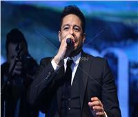 صور| حماقي يُغني على كرسي بحفل القاهرة الجديدة