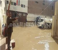 صور| إصلاح ماسورة مياه داخل مدرسة «الشيماء» ببولاق الدكرور