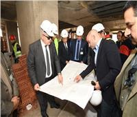صور| رئيس جامعة القاهرة يتفقد أعمال تطوير معهد الأورام