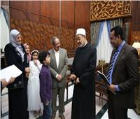 الإمام الأكبر يكرم الأطفال المشاركين بفعاليات مجلة نور