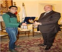 خالد عبد العال يمنح منقذ أسرة الزاوية الحمراء درع المحافظة
