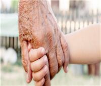 هل إنفاق الجد على الأحفاد «زكاة»؟.. «الإفتاء» تجيب