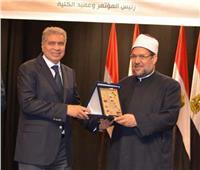 درع محافظة المنيا هدية وزير الأوقاف لجهوده في تجديد الخطاب الديني