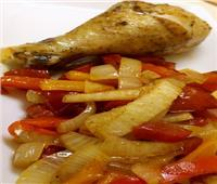 طبق اليوم.. «دبابيس الدجاج المطهي مع فلفل وطماطم وبصل»