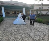 شاهد.. أشرف عبدالباقي يفاجئ عروسين في المنيا
