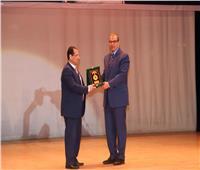 صور| «سعفان» يهدي درع «القوى العاملة» لرئيس جامعة بورسعيد