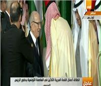 فيديو| الملك سلمان يسلم الرئيس التونسي رئاسة القمة العربية الـ30