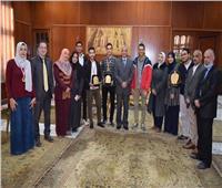 رئيس جامعة المنوفية يكرم الطلاب المتميزين في الملتقيات الطلابية