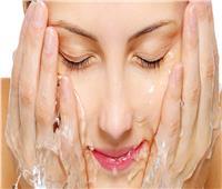 أخطاء ترتكبها المرأة عند تنظيف وجهها وكيفيه تجنبها