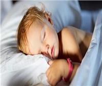 ما هي الطريقة الصحيحة لتخفيف ملابس طفلك وغطاء النوم؟