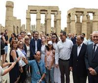 رئيس الوزراء يتجول داخل المناطق الأثرية بالأقصر ويصافح السياح