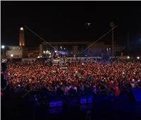 صور| بدء توافد الجماهير على حفل عمرو دياب بالجامعة الأمريكية